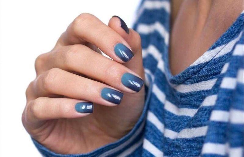 Синий градиент на короткие ногти