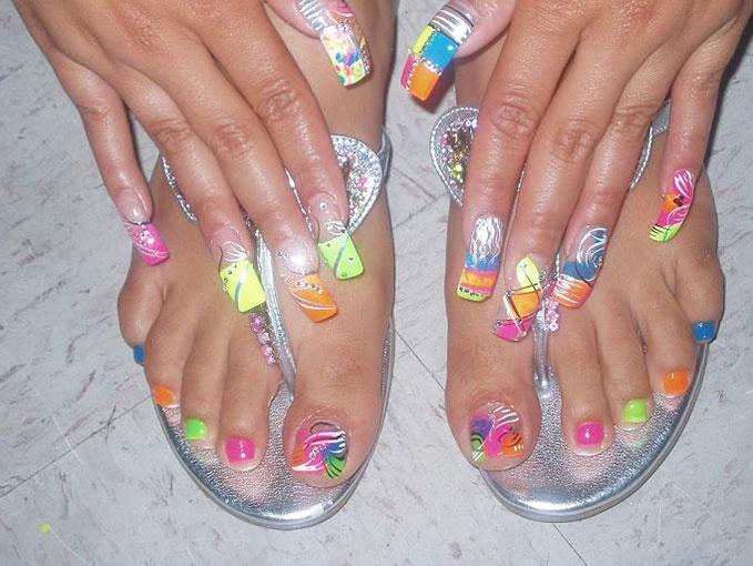 разноцветные лаки на ногтях