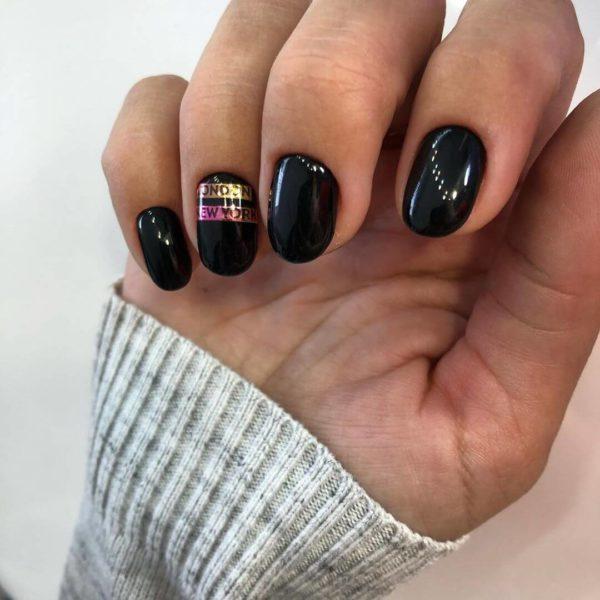 Идея черного маникюра на короткие ногти