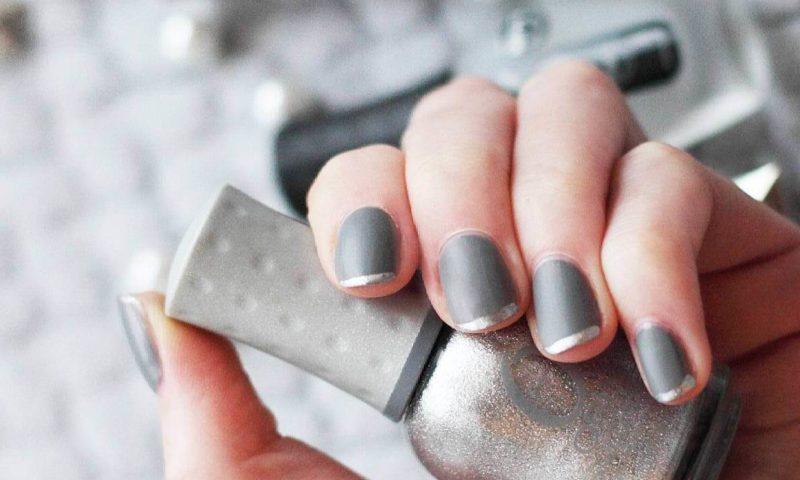 Серый френч с серебристыми кончиками ногтей