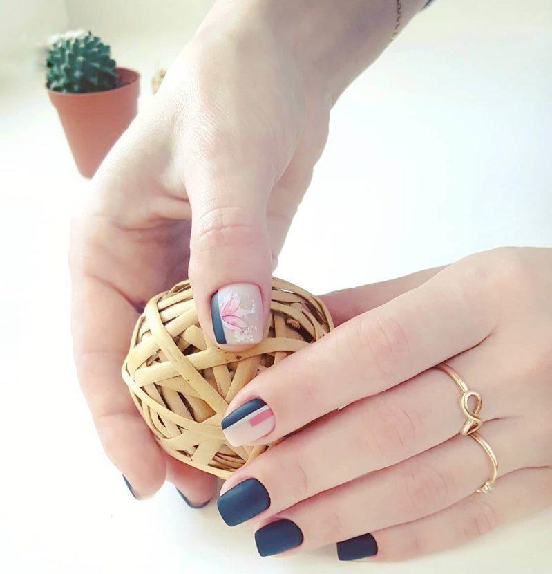 Маникюр на короткие ногти с цветами