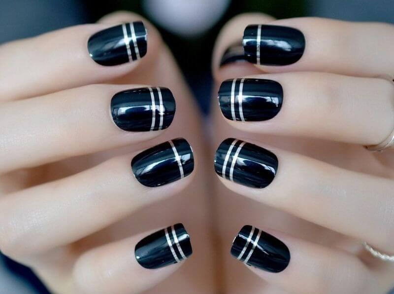 Черно-серебряный маникюр с лентами