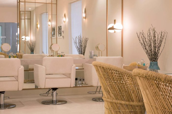 Плетеные кресла в интерьере салона