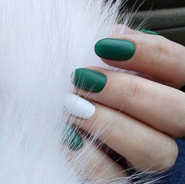 Идея зеленого маникюра на короткие ногти