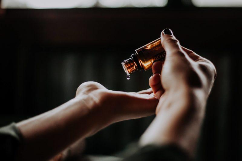 Нанесение масла на сухую кожу