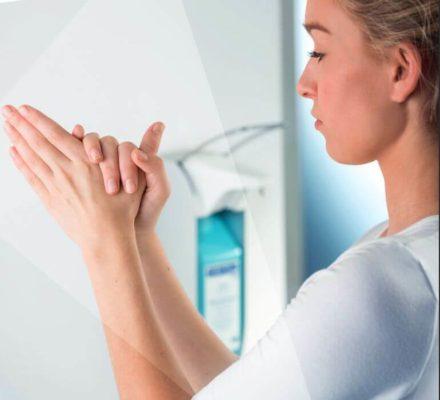 Как наносить антисептик на руки