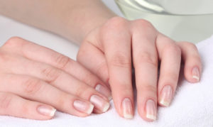 Как убрать отслойки со слоящихся ногтей