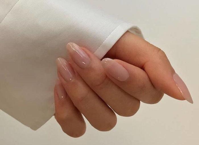 Прозрачный на длинных ногтях
