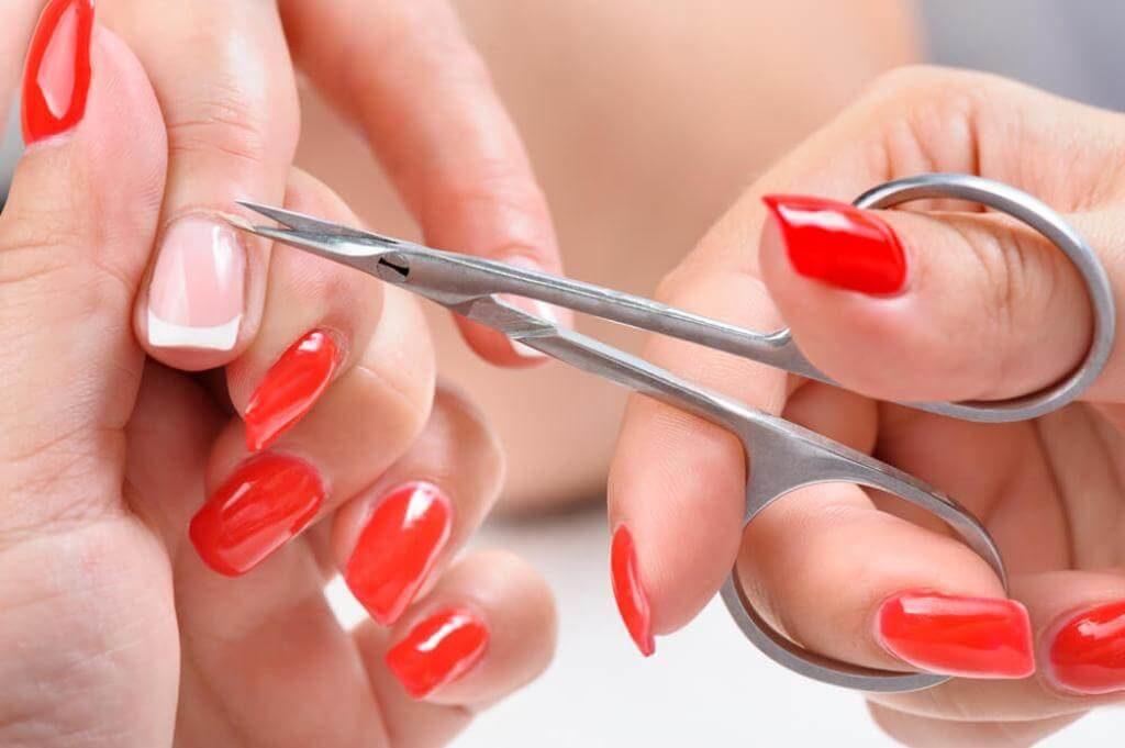 Как правильно держать маникюрные ножницы