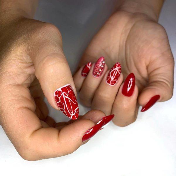 Красный кракелюр на длинные ногти