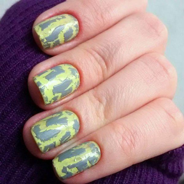 Желто-серый кракелюр на длинные ногти