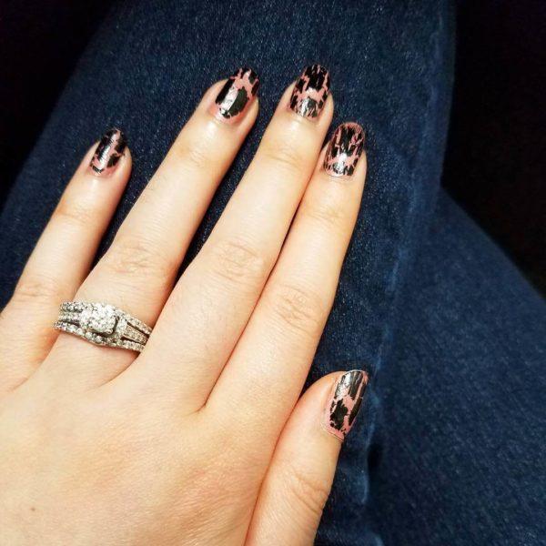 Женственный кракелюр на короткие ногти