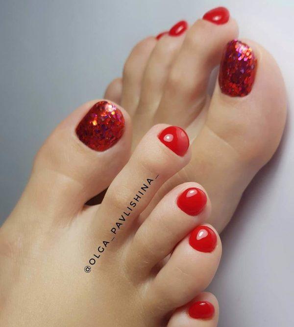 Красный педикюр с блестками на большом пальце