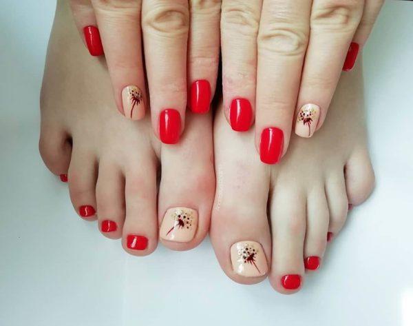 Красный педикюр с рисунком цветочек
