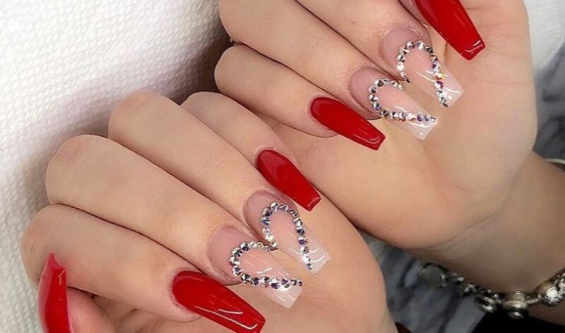 Красный маникюр с прозрачными ногтями