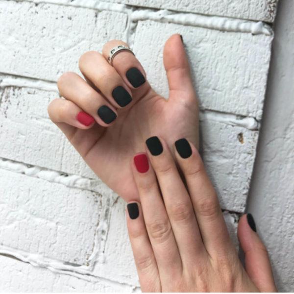 Красно-черный матовый маникюр