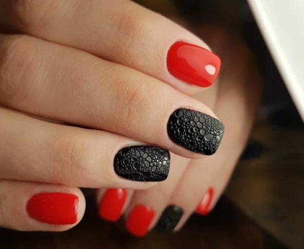 Красно-черный пузырьковый маникюр