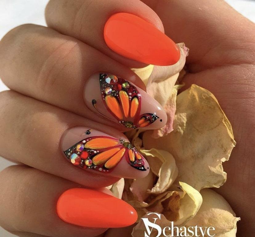 крылья бабочки на двух ноготках рядом