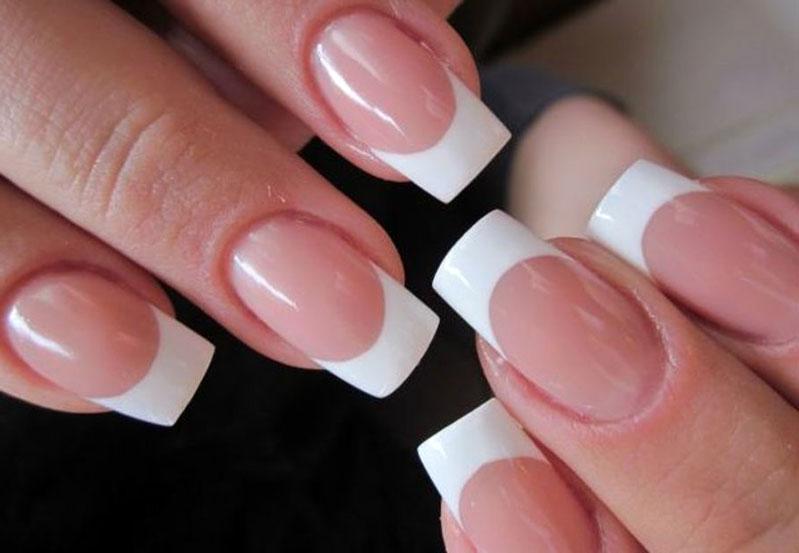 Линия улыбки на акриловых ногтях