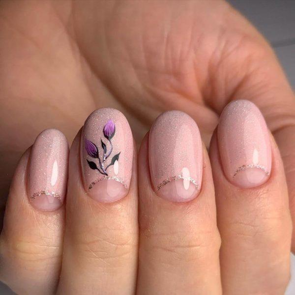 Нежно-розовый лунный маникюр
