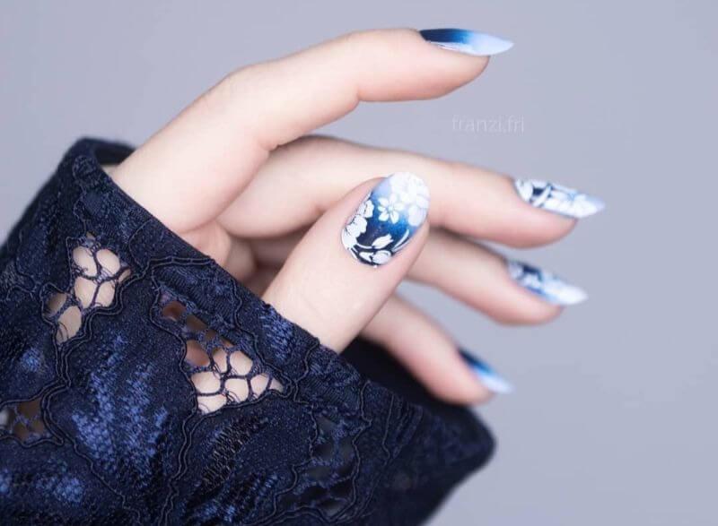 Бело-синий градиент с цветами