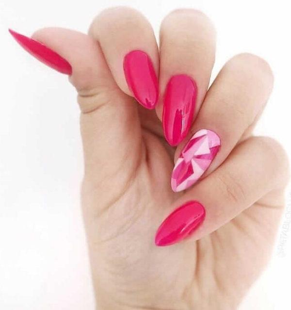 Ярко-розовый маникюр с орнаментом