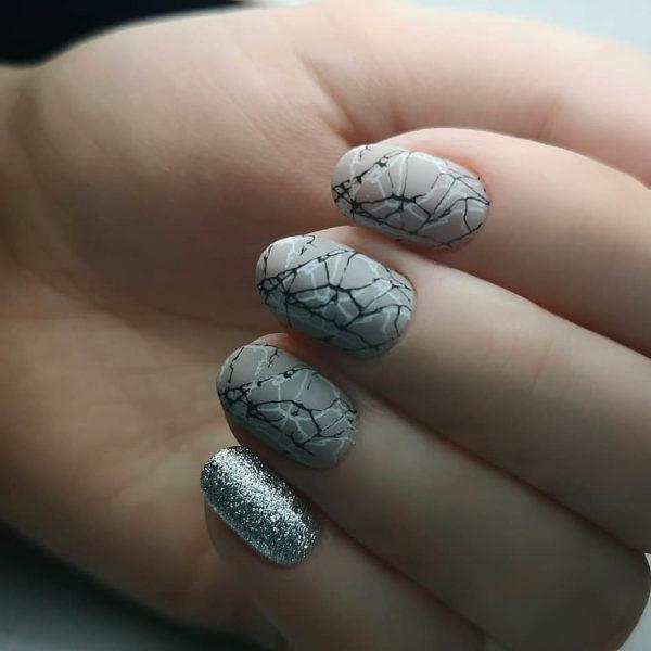 Маникюр на короткие ногти паутинкой