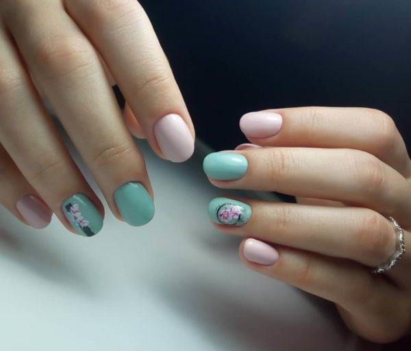 Розово-бирюзовый маникюр на короткие ногти