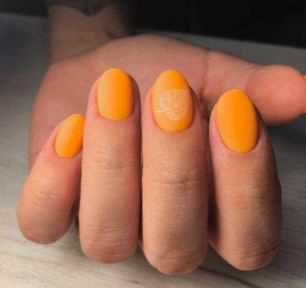 Оранжевый маникюр с рисунком на овал
