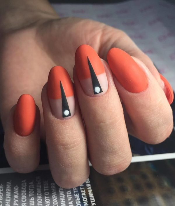 Оранжево-красный маникюр на овал с рисунком