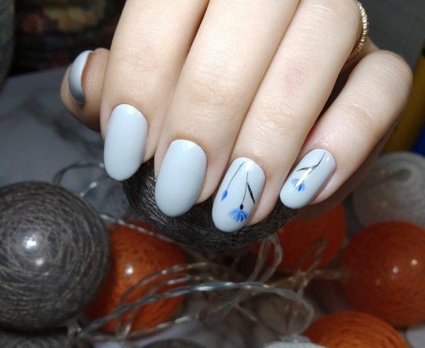 Светло-голубой маникюр с рисунком на овал