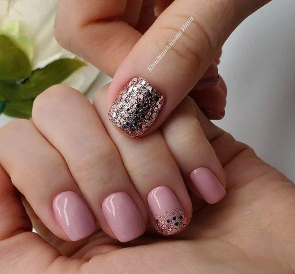 Пыльно-розовый маникюр с блестками