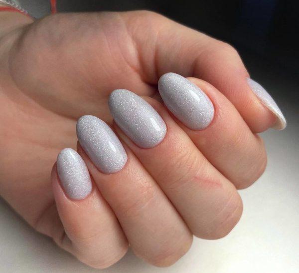 Светло-серый маникюр с блестками