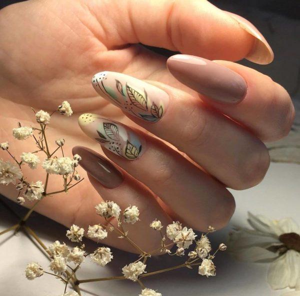 Бежевый маникюр с цветами на длинные ногти