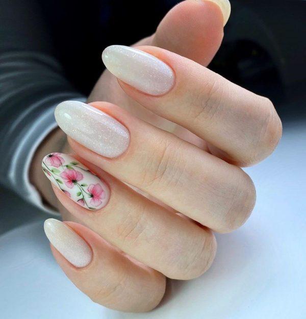 Молочный маникюр с цветами