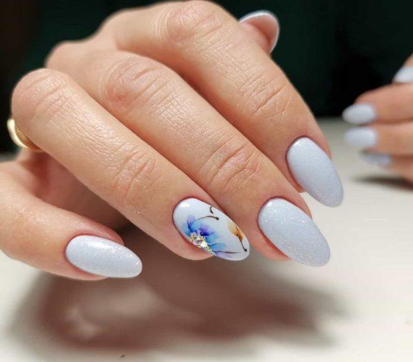 Нежно-голубой маникюр с цветами