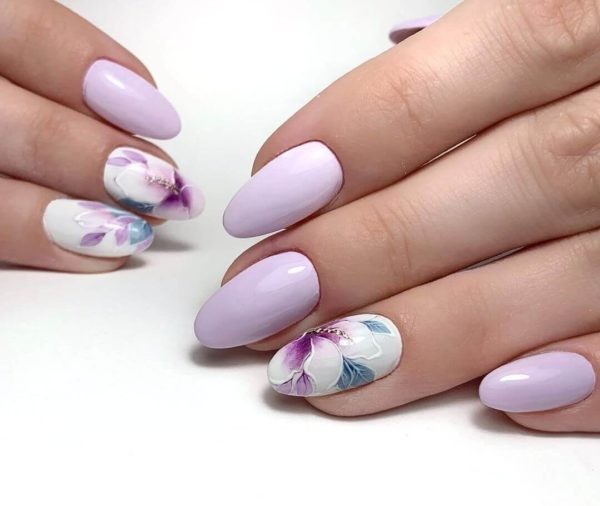Светло-лавандовый маникюр с цветами