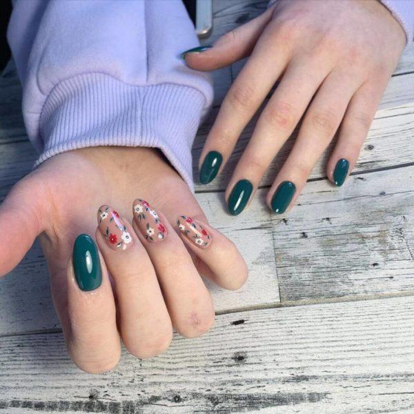 Темно-зеленый маникюр с цветами