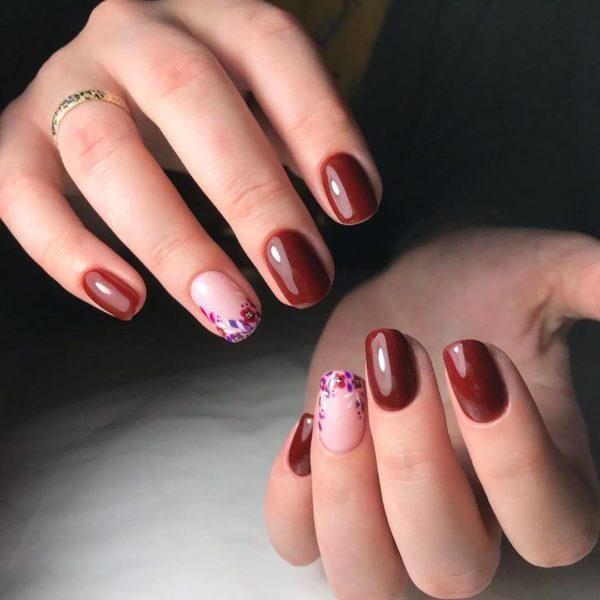Бордовый маникюр с цветами на короткие ногти
