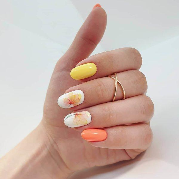 Желто-оранжевый маникюр с цветами