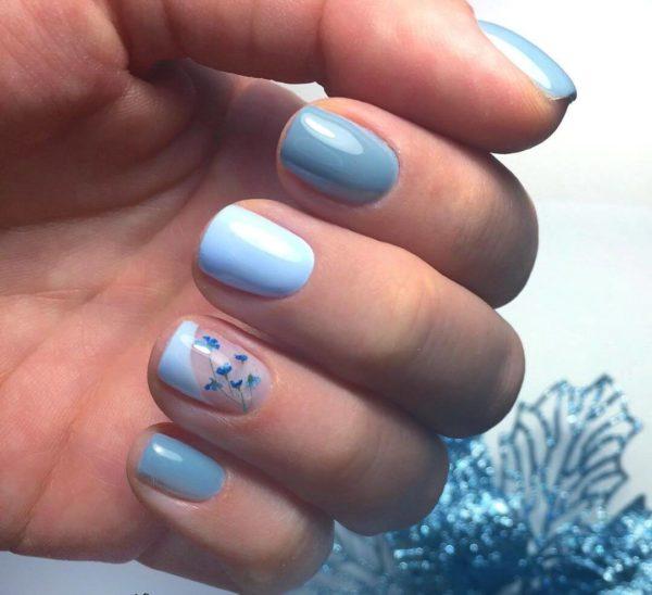 Голубой маникюр с цветами на короткие ногти
