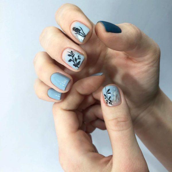 Голубой с синим маникюр с цветами