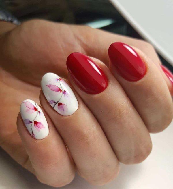 Красно-белый маникюр с цветами