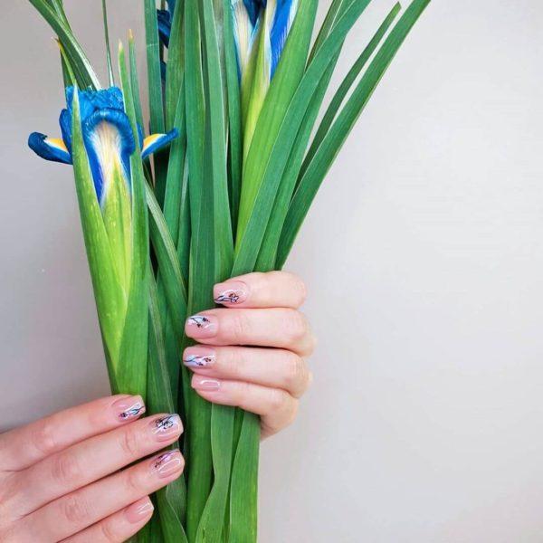 Розовый маникюр с цветами на короткие ногти
