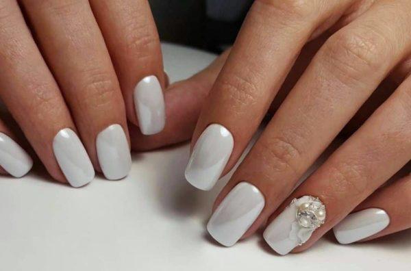 Белый маникюр с жемчугом на короткие ногти