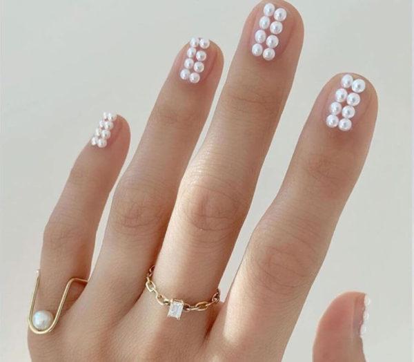Идея маникюра с жемчугом на короткие ногти