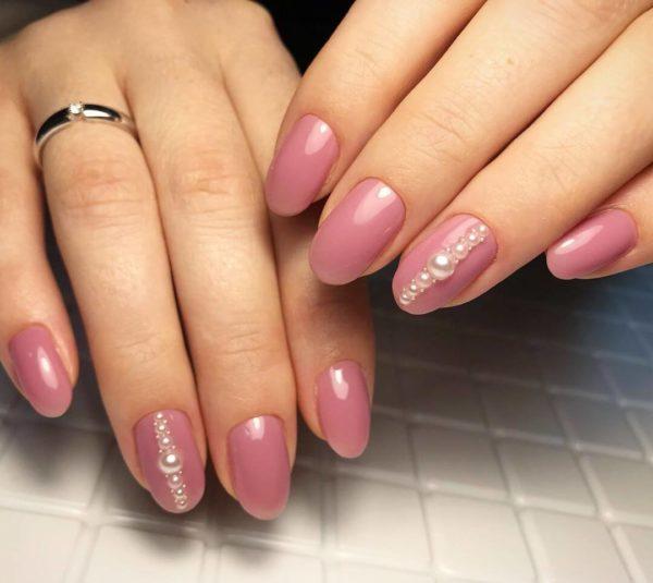 Розовый маникюр с жемчугом на короткие ногти