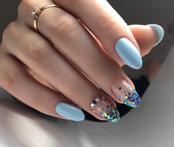 Маникюр с голубыми блестками