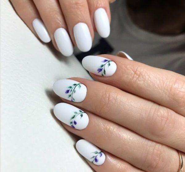 Белый маникюр с мелкими цветами