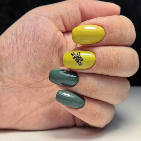 Желто-зеленый маникюр с надписями